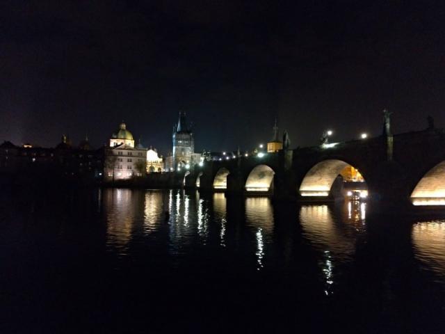 Noční výhledy na Prahu z lodi jsou úžasné - Karlův most